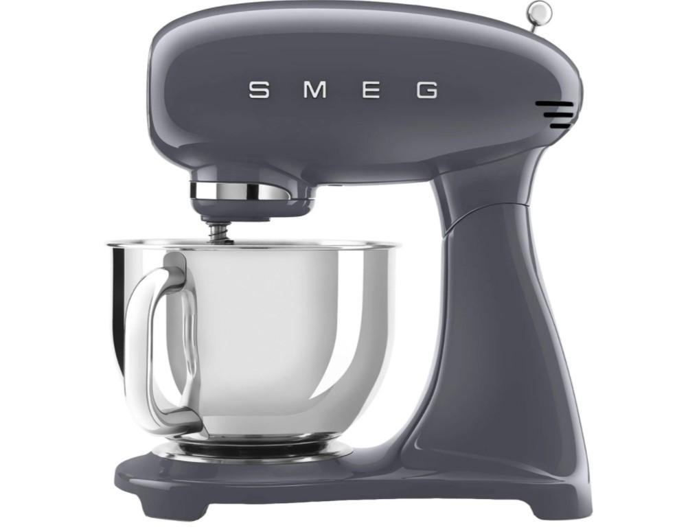 Denne køkkenmaskine fra SMEG er en virkelig lækker og æstetisk model, der egner sig perfekt til ethvert køkken.