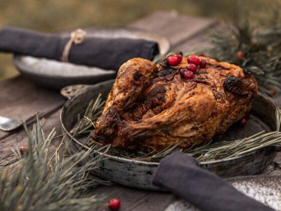 Se her, hvordan du tilbereder en hel kylling på grill. Resultatet bliver både mørt, saftigt og smagfuldt - og så er det slet ikke så svært.