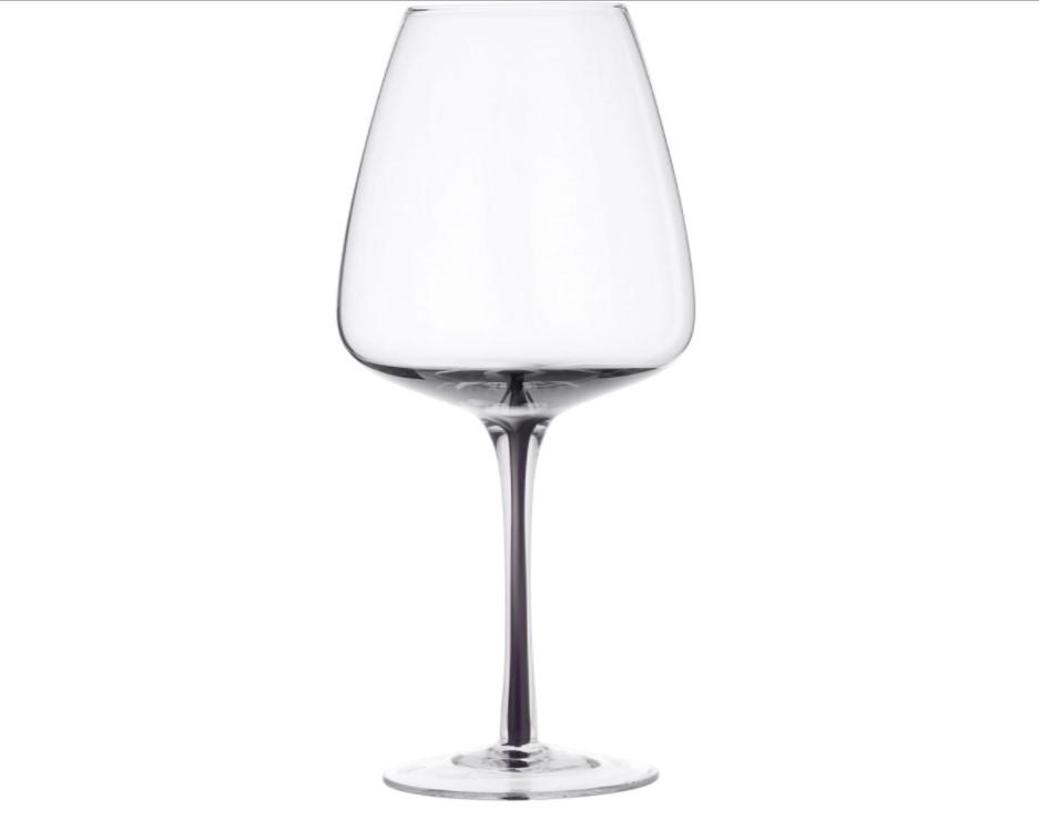 Dette rødvinglas fra Broste Copenhagen er utroligt elegant, og det er et virkelig fornemt glas, som får vinen til at smage vidunderligt - og så er det formet i et helt unikt design.